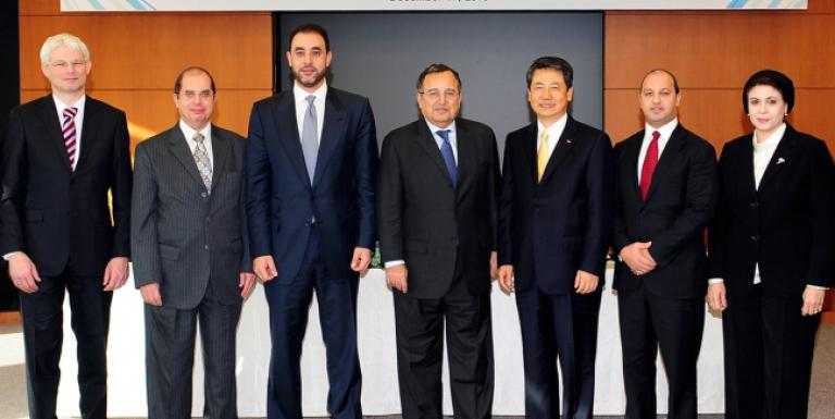 الثالث من اليمين چوي گوانگ-چول رئيس إس كي للهندسة والإنشاءات، ووزير الخارجية المصري نبيل فهمي، ثم باسل الباز رئيس كربون القابضة، وفي أقصى اليسار: رئيس مجلس ادارة كربون القابضة.</body></html>