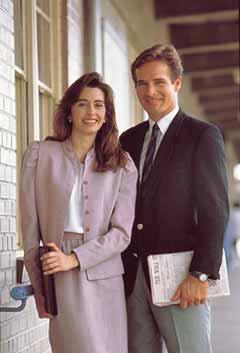 4978477ba أزياء عديدة صورة لرجل وامرأة يرتديان زيًا متشابهًا. انتشر العديد من الأزياء  وأصبح موضات شعبية في فترة السبعينيات والثمانينيات من القرن العشرين.