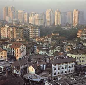 ممباي أكبر مدينة في الهند، يزيد عدد سكانها على 8 ملايين نسمة. تشغل المباني  الحديثة العالية المخصصة للسكن وللمكاتب جانبًا من المدينة، غير أن معظم أهالي  ...