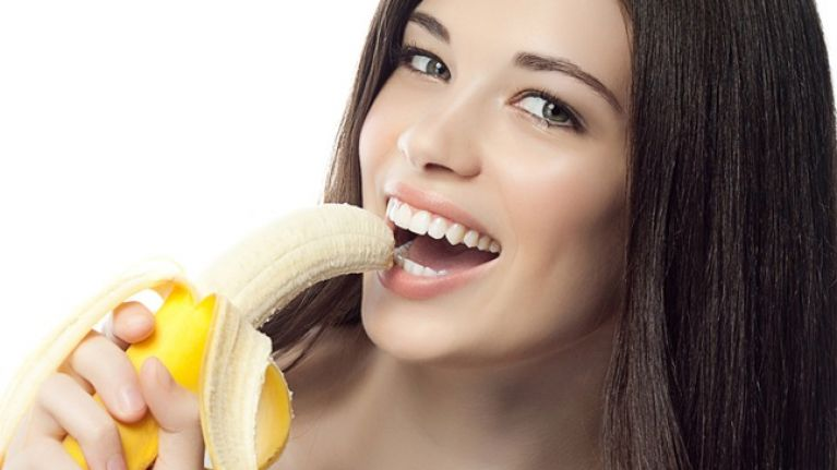 ملف:Woman-eating-banana.jpg