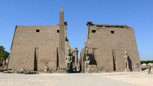 Pylons and obelisk Luxor temple.JPG