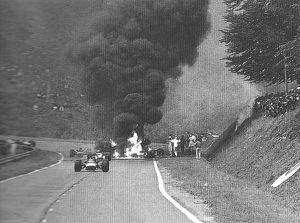 سيارة السباق هوندا F1 موديل RA302 ذات الجسم المصنوع من المغنسيوم والتي كان يقودها جو شلسر ترتطم وتشتعل أثناء گران پري الفرنسي عام 1968.  شلسر لقي مصرعه في الحادث.