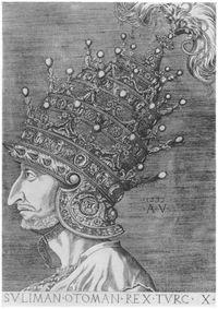 أگوستينو ڤنزيانو قام بهذا الحفر لسسليمان القانوني. لاحظ الطبقات الأربع للخوذة (التي أمر بصنعها في البندقية، لترمز للقوة الامبراطورية، ولتزيد على التاج البابوي ذي الطبقات الثلاث). وقد كانت أغرب غطاء رأس لسلطان عثماني، وربما لم يعتمرها قط، ولكن كان يضعها بجانبه عندما يتلقى زواراً، وخصوصاً السفراء. وكان يعلوها ريشة كبيرة.