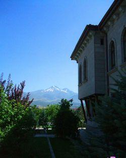 منزل تقليدي في قيصرية ويظهر جبل إرجييس في الخلفية