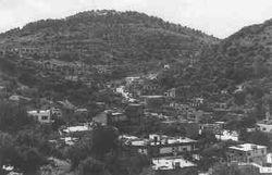 العديسة (لبنان) ومسكاف عام (إسرائيل) (أعلى الصورة) وبينهما أراضي زراعية