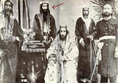 محمد بن سعود (جالساً) وخلفه محمد بن عبد ...