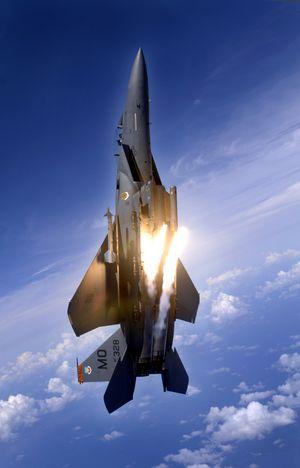 d2728ccb6 طائرة إف-15إي تطلق مشاعل حرارية خلال تدريب جوي