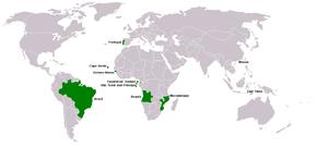 (يسار) البلدان والمناطق حيث للغة البرتغالية وضع رسمي. (يمين) كل الأقاليم الخضراء: الوضع الرسمي؛ المربعات الخضراء: تتكلمها أغلبية الشعب؛ الأقاليم والمربعات الزرقاء: البرتغالية ولغاتها الخليطة (الكريول) لهم وضع رسمي (باستثناء ماليزيا، التي تتكلمها فقط); مربع أسود: وضع متساوي كلغة رسمية في البلد، ولكنها ليست رسمية.