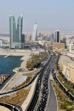 شارع الملك فيصل وبرجا مرفأ البحرين المالي.