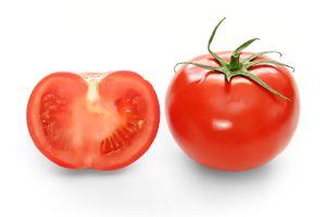 ثمرة كاملة وقطاع عرضي في الطماطم
