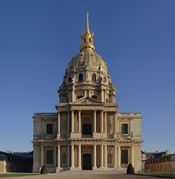 يسار: نوتردام باريس؛ يمين:Chapel of the Invalides.