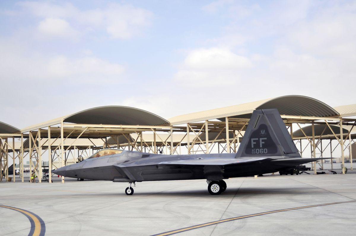 1200px-F-22_Raptor_-_091130-F-3140L-655.jpg